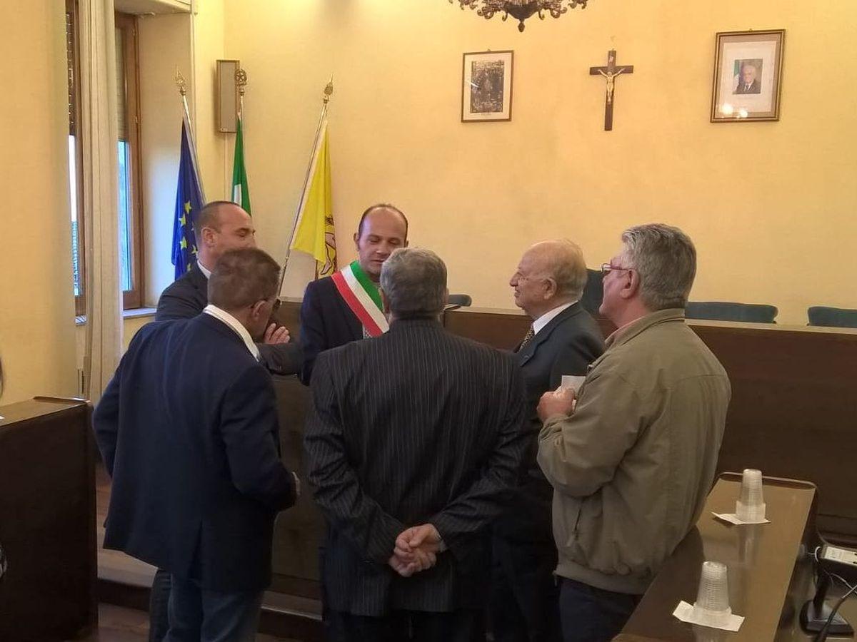 Nella Sala Consiliare il Sindaco Corsaro e il Presidente del C. Comunale Cambrici accolgono il Dott. Pianciamore e i collaboratori