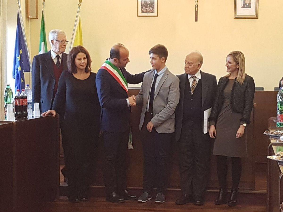 Il Sindaco rivolge un caloroso saluto a Francesco, alla Dir. Dott Barbagallo, alla Prof. Neri e agli intervenuti.