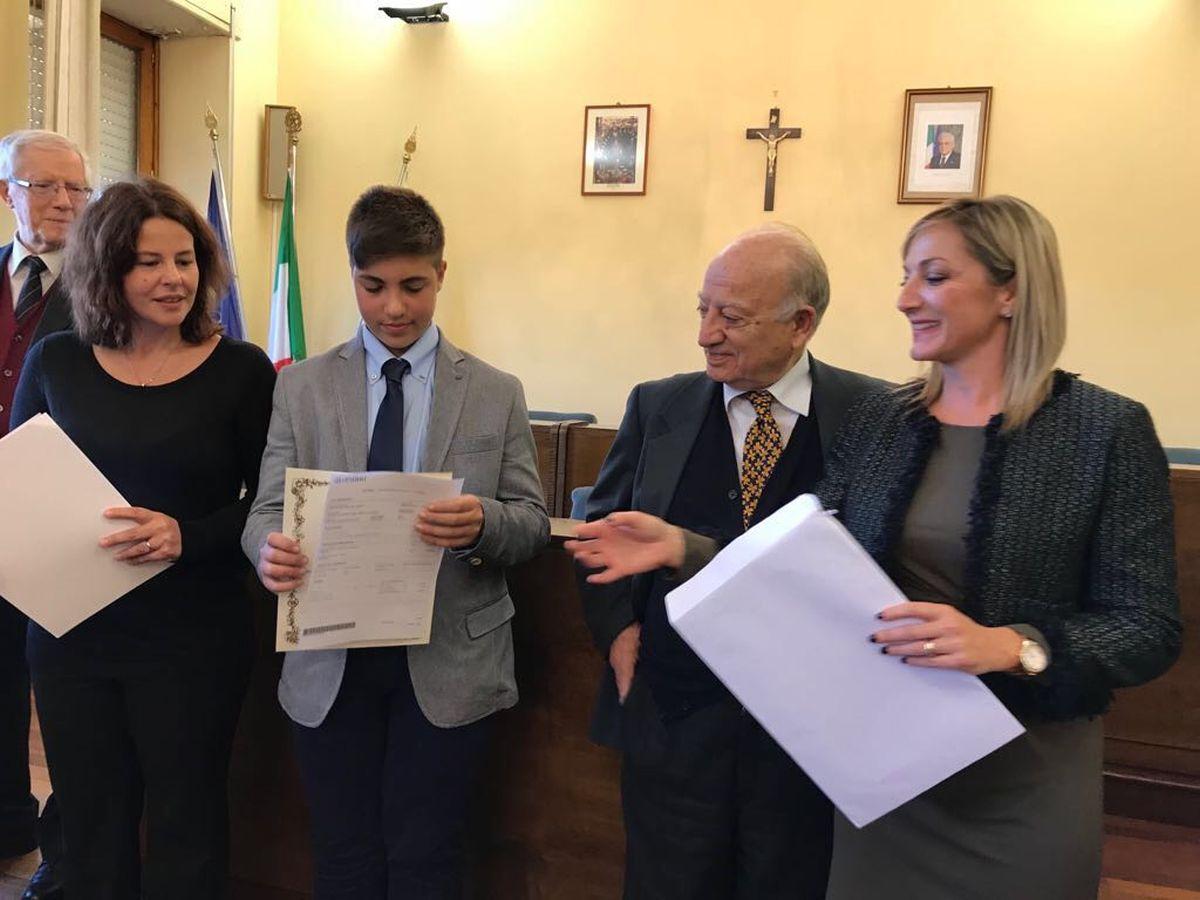 Francesco, emozionatissimo, riceve il Premio alla Bontà