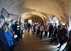 I presenti alla mostra mentre ascoltano il saluto del Segretario, dott. Pianciamore.
