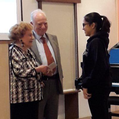 Una studentessa premiata ringrazia per il per premio ricevuto