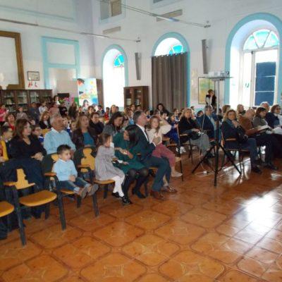 Nell'aula magna troviamo Vittoria emozionatissima con la famiglia, i fratelli, i parenti, i compagni, gli insegnanti e le autorità.