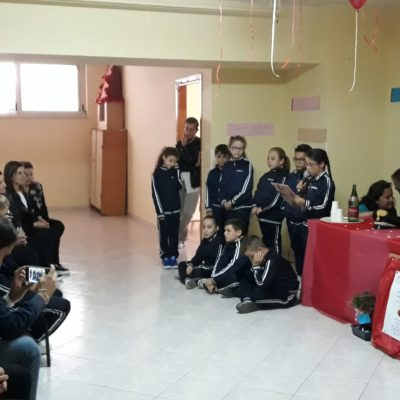 I compagni festeggiano leggendo una bellissima lettera che specifica i motivi della scelta di Karoline come candidata al Premio alla Bontà