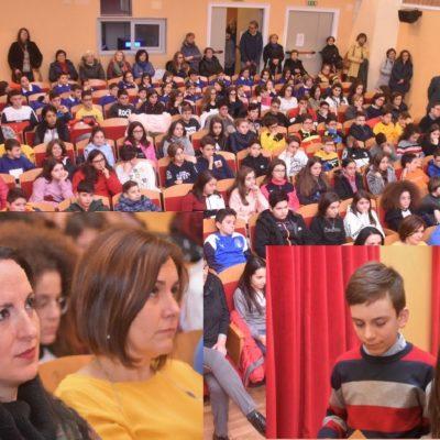 Ecco la sala del Teatro gremita di alunni, parenti e amici. In primo piano Antonella e Vincenzo visibilmente commossi sostenuti dagli sguardi di amore delle loro mamme