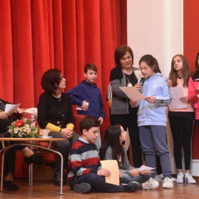 Tutti, alunni, maestre, vicesindaco, vogliono partecipare con molte testimonianze per la costante dedizione di Antonella.