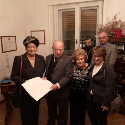 La rappresentante dell'Associazione De Banfield ritira il premio per la signora Anna Soldano